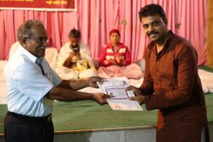 इंडियन सेल थेरेपी इंस्टीचुट के निदेशिक डॉ. जी मणि के कर कमलों से प्रमाण पत्र ग्रहण करते हुए गव्यसिद्धाचार्य डॉ अजित शर्मा.
