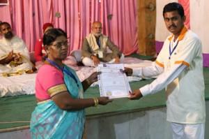 आयुर्वेदिक इनडस्ट्रिअल स्कूल, तमिलनाडु की निदेशिका डॉ. के कन्नामल के कर कमलों से प्रमाण पत्र ग्रहण करते हुए गव्यसिद्ध डॉ. बालाजी शिरतोड़े.