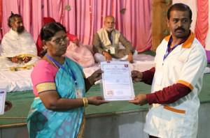 इंडियन सेल थेरेपी इंस्टीचुट के निदेशिक डॉ. जी मणि के कर कमलों से प्रमाण पत्र ग्रहण करते हुए गव्यसिद्ध डॉ. दीपक तुपे.