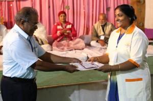 इंडियन सेल थेरेपी इंस्टीचुट के निदेशिक डॉ. जी मणि के कर कमलों से प्रमाण पत्र ग्रहण करते हुए गव्यसिद्ध डॉ. कृपा मुरली.