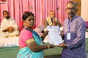 आयुर्वेदिक इनडस्ट्रिअल स्कूल, तमिलनाडु की निदेशिका डॉ. के कन्नामल के कर कमलों से प्रमाण पत्र ग्रहण करते हुए गव्यसिद्ध डॉ.महेश थोरात