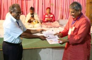 इंडियन सेल थेरेपी इंस्टीचुट के निदेशिक डॉ. जी मणि के कर कमलों से प्रमाण पत्र ग्रहण करते हुए गव्यसिद्ध डॉ. नरेंद्र यादव