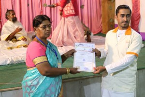 आयुर्वेदिक इनडस्ट्रिअल स्कूल, तमिलनाडु की निदेशिका डॉ. के कन्नामल के कर कमलों से प्रमाण पत्र ग्रहण करते हुए गव्यसिद्ध.डॉ.