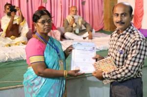 आयुर्वेदिक इनडस्ट्रिअल स्कूल, तमिलनाडु की निदेशिका डॉ. के कन्नामल के कर कमलों से प्रमाण पत्र ग्रहण करते हुए गव्यसिद्ध डॉ..