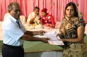 इंडियन सेल थेरेपी इंस्टीचुट के निदेशिक डॉ. जी मणि के कर कमलों से प्रमाण पत्र ग्रहण करते हुए गव्यसिद्ध डॉ. सीमा शर्मा.