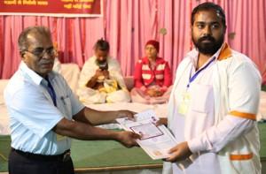 इंडियन सेल थेरेपी इंस्टीचुट के निदेशिक डॉ. जी मणि के कर कमलों से प्रमाण पत्र ग्रहण करते हुए गव्यसिद्ध डॉ. सोमपाल.