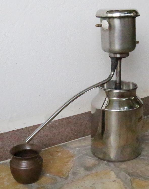 स्टील का लघु यन्त्र है. जिसे शहर के छोटे से रसोईघर (किचन ) में भी व्यवस्थित किया जा सकता है. इसे केरल के गव्यसिद्ध ने तैयार किया है. इसमे बड़ा भी बनाया जा सकता है. इसमे भी पानी की खपत जयादा नहीं होती. इसका संघनक मिटटी (चीनी) का ही रखना चाहिए. इसमे ऊपर लघु जल टैंक है जो वाष्प को ठंडा करता है. और वहीँ से अर्क निकालने के लिए निकास नाली लगी है.  नीचे का टैंक गोमूत्र उबलने के लिए है.