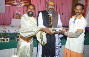 सूर्य योगी उमाशंकर जी से अ.ब.राजीव भाई दीक्षित श्रेष्ठ पंचगव्य विज्ञानी सम्मान (गोल्ड मेडल) ग्रहण करते हुए गव्य सिद्ध अनिल कुमार केरल.