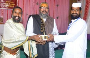 गव्यसिद्ध समीर राजाराम झुंझुरने, महाराष्ट्र को सूर्य योगी उमा शंकर जी अ.ब.राजीव भाई दीक्षित श्रेष्ठ पंचगव्य गौरक्षक सम्मान (गोल्ड मेडल) प्रदान करते हुए.