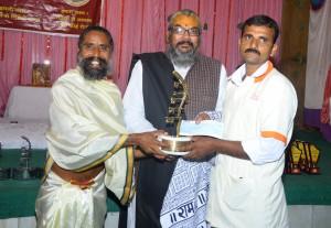 गव्यसिद्ध सुधीर हंगे शिवाजी, महाराष्ट्र को  सूर्य योगी उमा शंकर जी अ.ब.राजीव भाई दीक्षित श्रेष्ठ पंचगव्य गौरक्षक सम्मान (गोल्ड मेडल) प्रदान करते हुए.