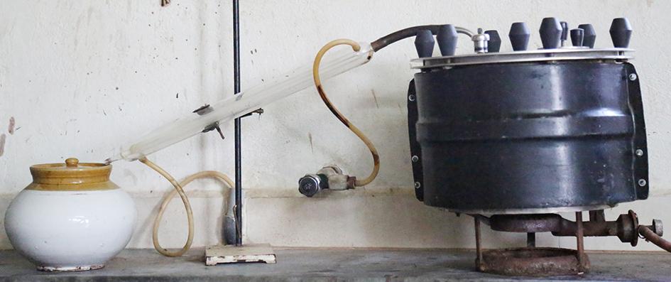 वाष्पीकरण यन्त्र - सम्पूर्ण यन्त्र - यह 15 लीटर वाला है. इसे बोरोसेअल यंत्र से जोड़ा गया है. यन्त्र के ऊपर कला परत ताप को बचने के लिए है. इससे 25 प्रतिशत ताप बचाता है.
