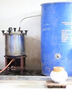 गोमूत्र वाष्पीकरण यन्त्र का सम्पूर्ण छाया चित्र. केरल मोडल. इसमे वाष्प को ठंडा कराने के लिए जल की आवश्यकता नहीं पड़ती. एक बार जल डाली दिया तो बहुत दिनों के लिए हो जाता है. जहाँ पर पानी की दिक्कत है वहां के लिए यह यन्त्र बहुत कारगर है.