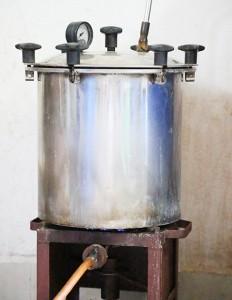 गोमूत्र उबलने के यन्त्र का नजदीक छाया चित्र. जो की 304 स्टील से बना है.