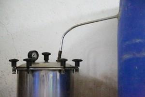 यन्त्र का नजदीक छाया चित्र जिसमे वाष्प को ऊपर जाते हुए नाली को दिखलाया गया है.